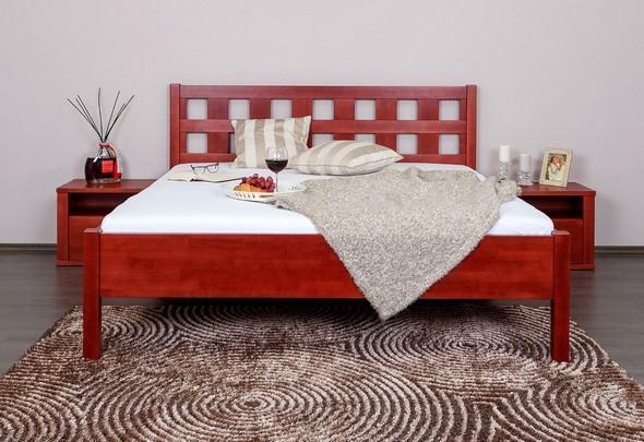 Masivní postele patří spolu s čalouněnými mezi nejoblíbenější
