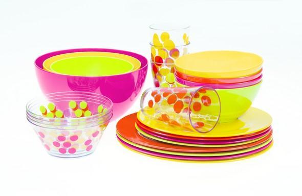 barevne misky, talire a sklenice