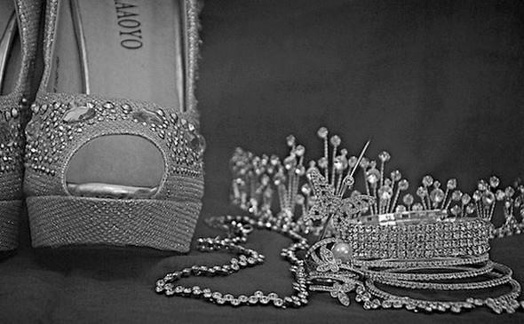 5e42951e6a49 Kabelka a šperky podtrhnou váš plesový look
