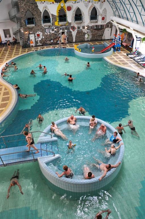 Vnitřní bazén s vířivkou a atrakcemi