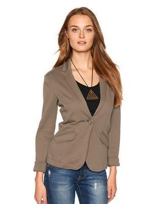 Khaki patří mezi módní barvy letošního podzimu